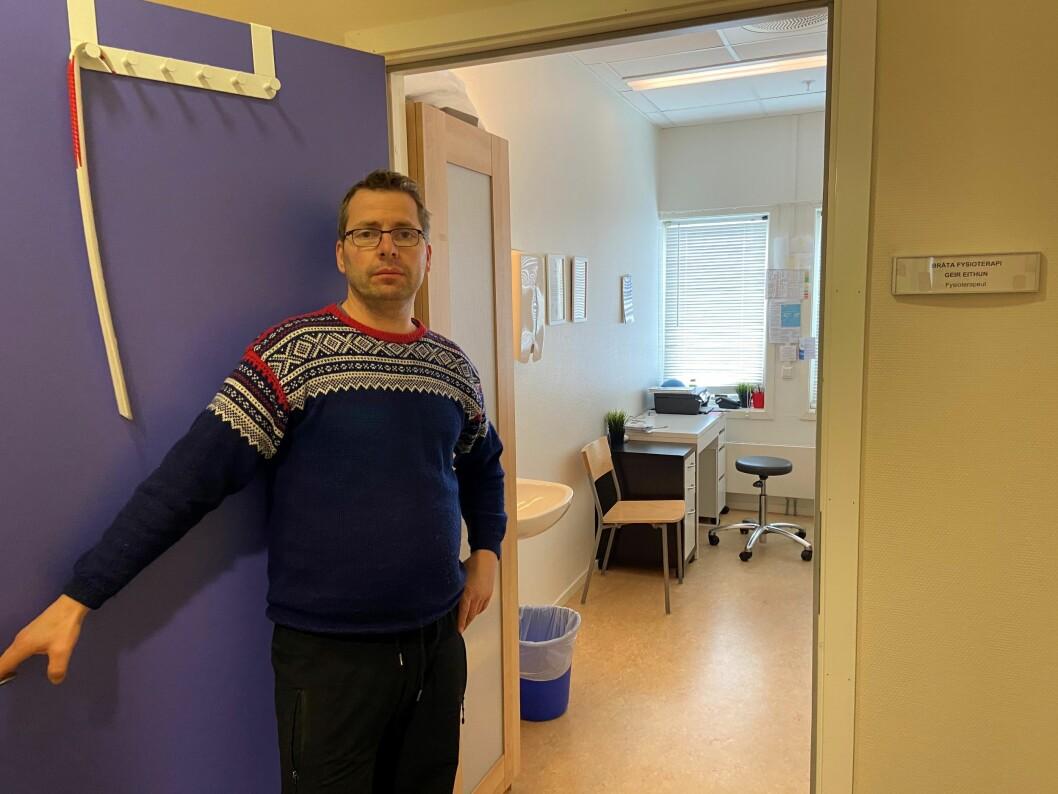 Fysioterapeut Geir Eithun og kollegaen stengte torsdag instituttet sitt for å skåne dårlige sykehjemspasienter i etasjen over for mulig smitte av koronaviruset.