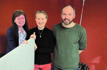 Avtroppende redaktør Dagrun Lindvåg (i midten) med journalist Cecilie Bakken Høstmark og fagredaktør John Henry Strupstad. Foto: Irene Mårdalen