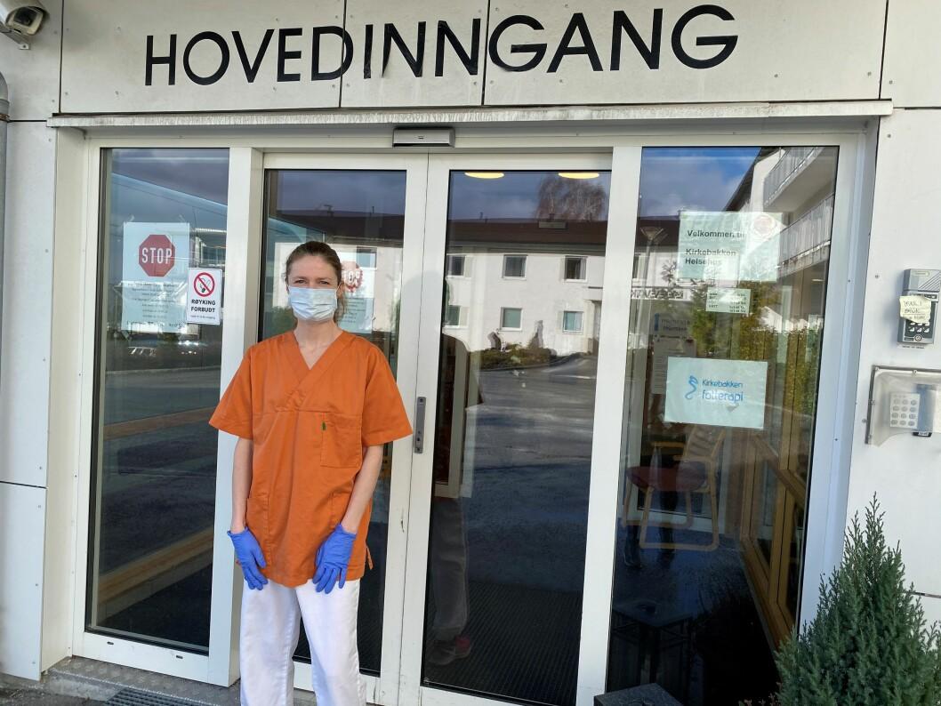 Fysioterapeut Siv-Tonje Jendem og de andre fysioterapeutene i Molde kommune har valgt å dele seg inn i team for å redusere risikoen for at hele enheten blir slått ut av karantene. (Foto: privat)