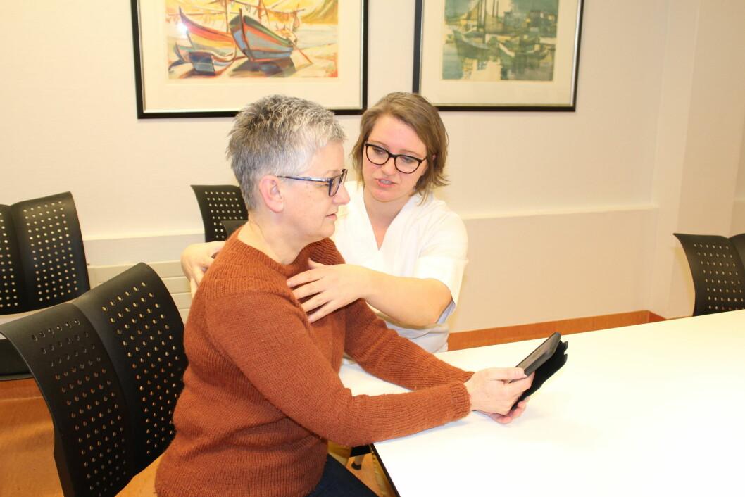 Lungefysioterapeut Elin Johnsen (til høyre) tenkte at det var behov for veiledning og hjelp til selvhjelp, og har laget en lungeapp som pasient Tone Kvigne her tester. (Foto: privat)