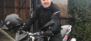 Kjører motorsykkel til og fra jobb og behandler pasienter med video