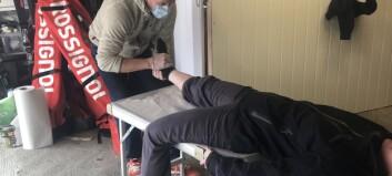 Her – i sin egen garasje - behandler Telje pasienter
