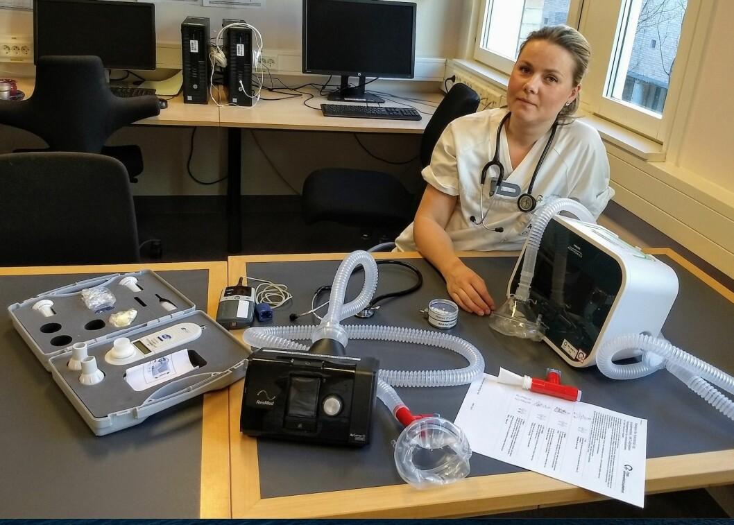 Hjerte- og lungefysioterapeut Kristina Struksnes Fjone med et utvalg av verktøy hun har for å gjøre sin jobb. Foto: Privat