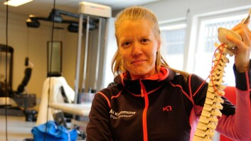 Fysioterapeut Ragnhild Rauk ved Ål fysikalske gir modellen av ryggsøyla ein omgang med vaskefilla før nyopninga. Foto: Torbjørn Gunhildgard