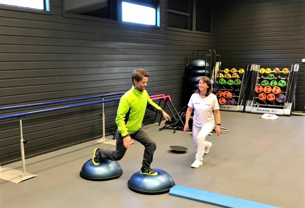 Idrettsfysioterapeut Ragnhild Karlsen (til høyre) sier at hun er glad for at bransjestandarden ikke detaljstyrer praksis hennes, og mener fysioterapeuter må kunne gjøre individuelle vurderinger etter behov. (Foto: privat)