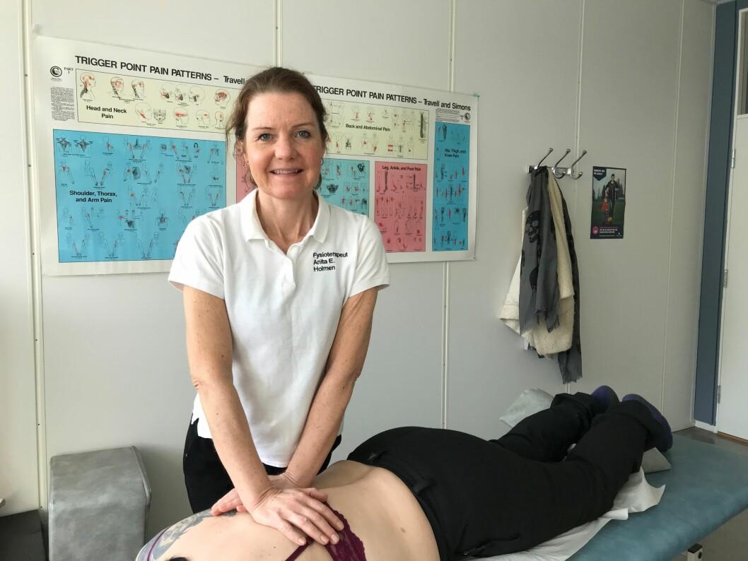 Fysioterapeut Anita Ellingsen Holmen på Institutt for manuellterapi i Tromsø synes det har gått fint å åpne dørene igjen etter fem ukers koronastenging. (Foto: privat)