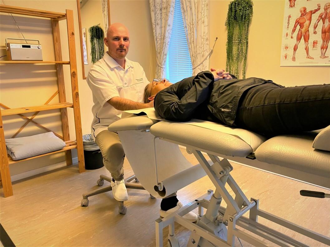 Avtalefysioterapeut Alexander Thorgersen i Larvik i Vestfold frykter det blir for grovmasket om de bare skal forholde seg til to trinn i prioriteringsnøkkelen istedenfor fire. (Foto: privat)