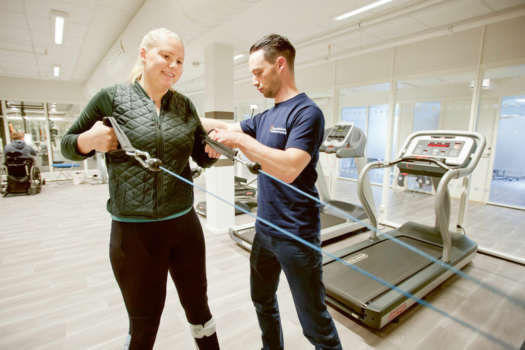 21 år gamle Johanne Marie Hemnes fikk hjerneslag for tre år siden, og har i to år fått veiledet trening hos avtalefysioterapeut Morten Hagenes på Oppsalklinikken. (Foto: Stig Marlon Weston)