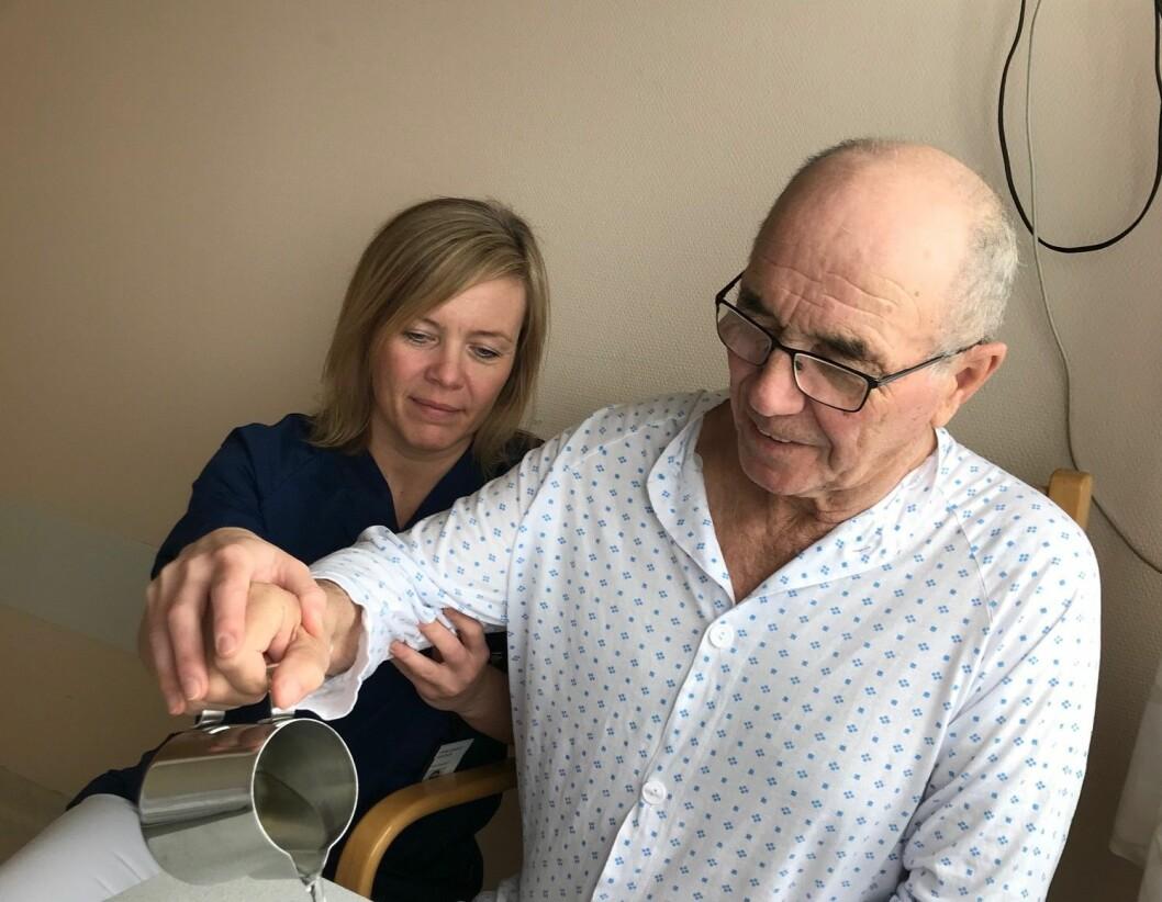 Fysioterapeut Synne Garder Pedersen mener at fysioterapeuter bør hjelpe pasienter å balansere trening, jobb og hvile. Her med en pasient på Universitetssykehuset Nord-Norge. (Foto: privat)