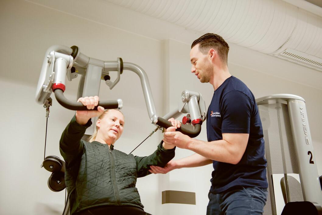 Oslo kommune har bare én avtalehjemmel øremerket nevrologisk fysioterapi. Den hjemmelen har Morten Hagenes på Oppsalklinikken. Her med pasient Johanne Marie Hemnes. (Foto: Stig Marlon Weston)
