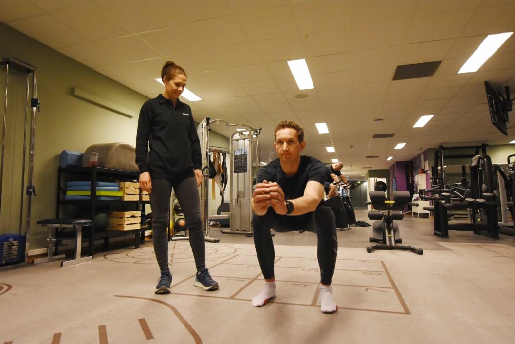 Takket være fyisoterapi, har Simen Wøien Augedal sluppet operasjon. Her sammen med fysioterapeut Karin Rydevik ved NIMI Ullevål. (Foto: Irene Mårdalen).