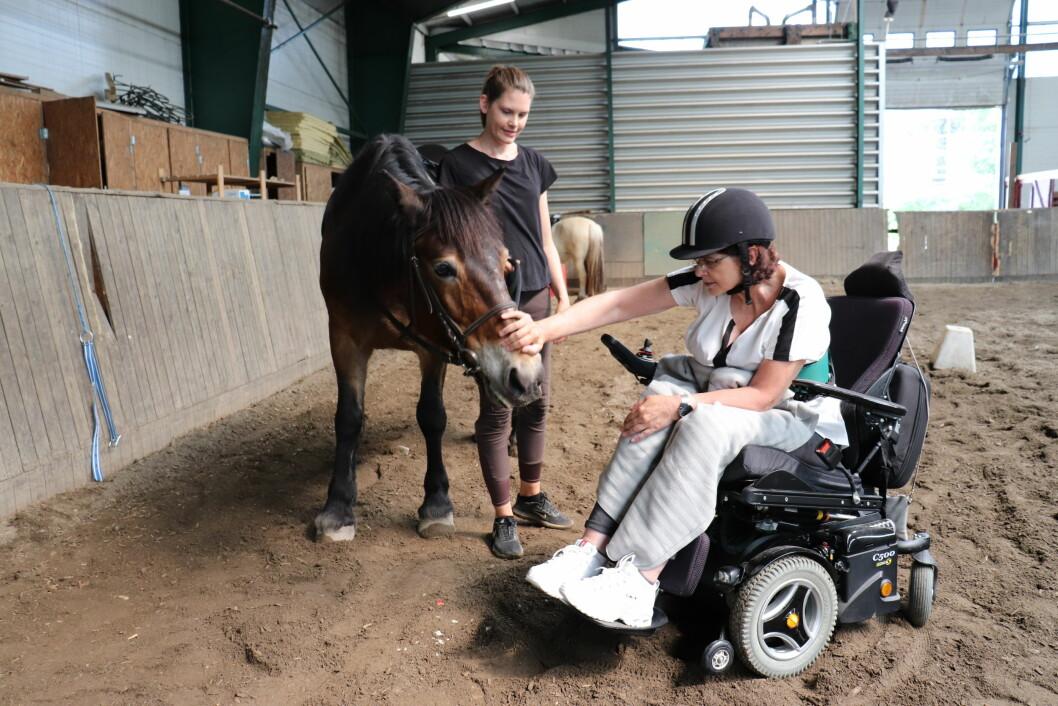 -Jeg møter pasientene i en hyggelig setting, til en behandling de gleder seg til, forteller ridefysioterapeut Kathrine Mamen Brusdal.