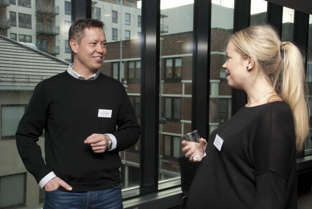 Hans Leo Dagsvik i samtale med fysioterapeut Helen Pedersen fra Jensvoll fysioterapi på konferansen