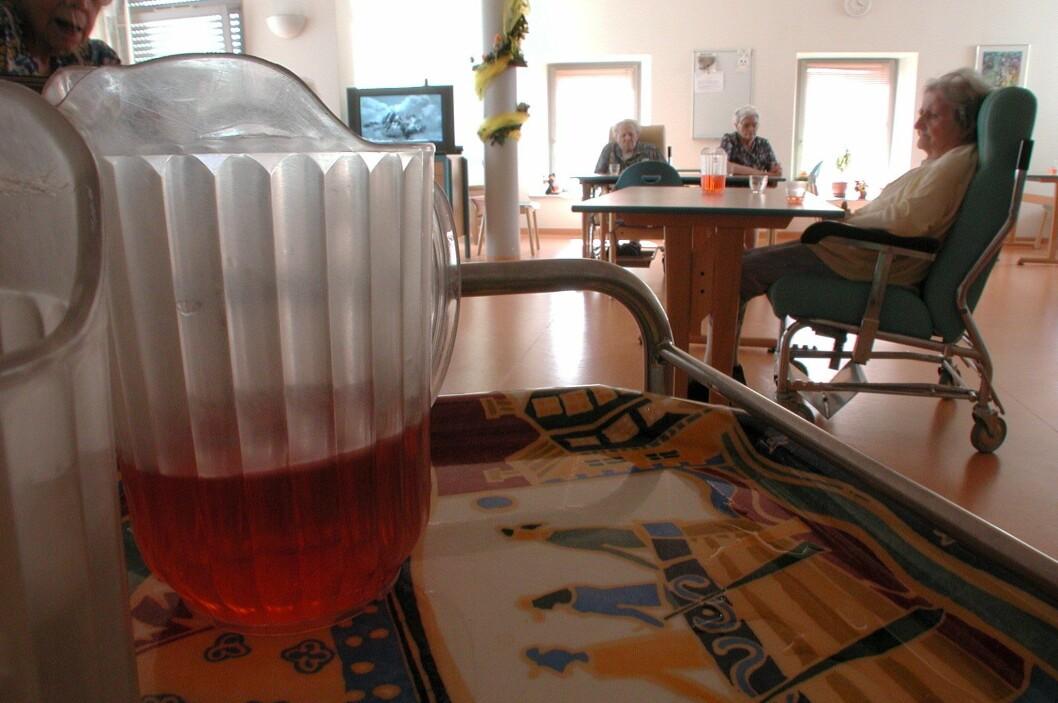 Målet er at tiden sykehjemsbeboere sitter stille skal reduseres. Foto: colourbox.com