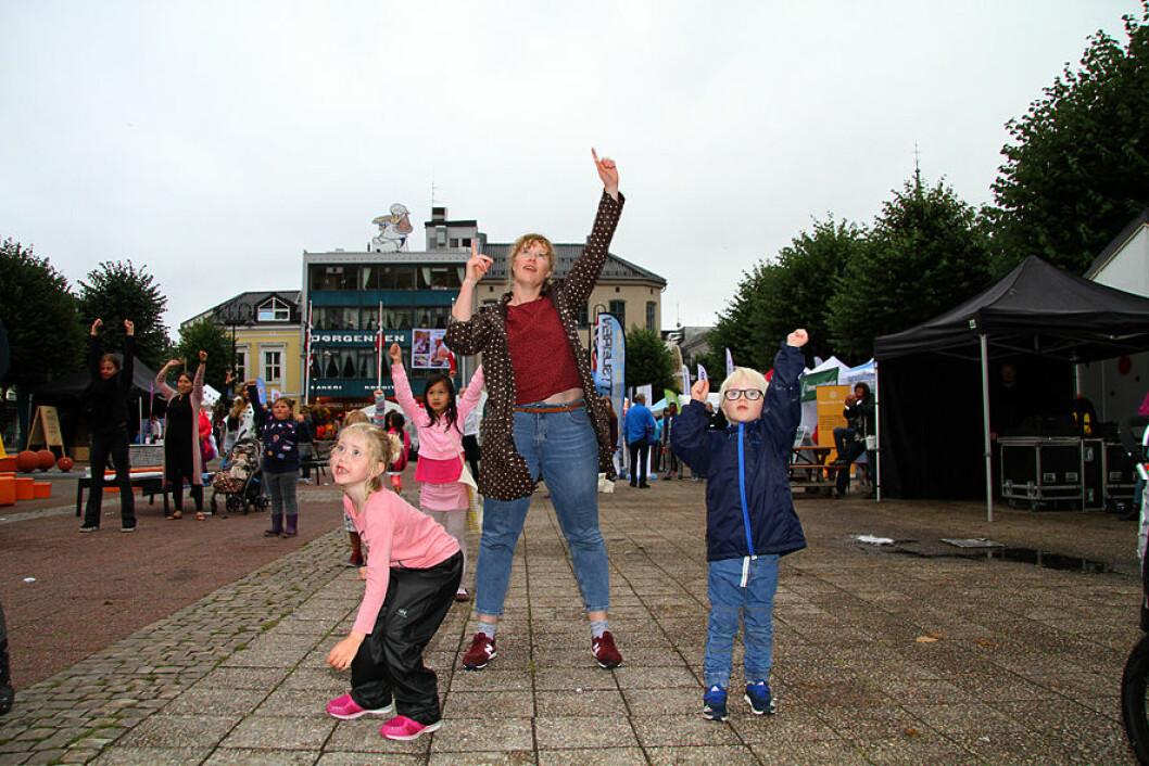 Aktiv familie. Johanna (6), Katharina og Oskar (5) Langvaag var med på notene i Arendal. Foto: Kai Hovden