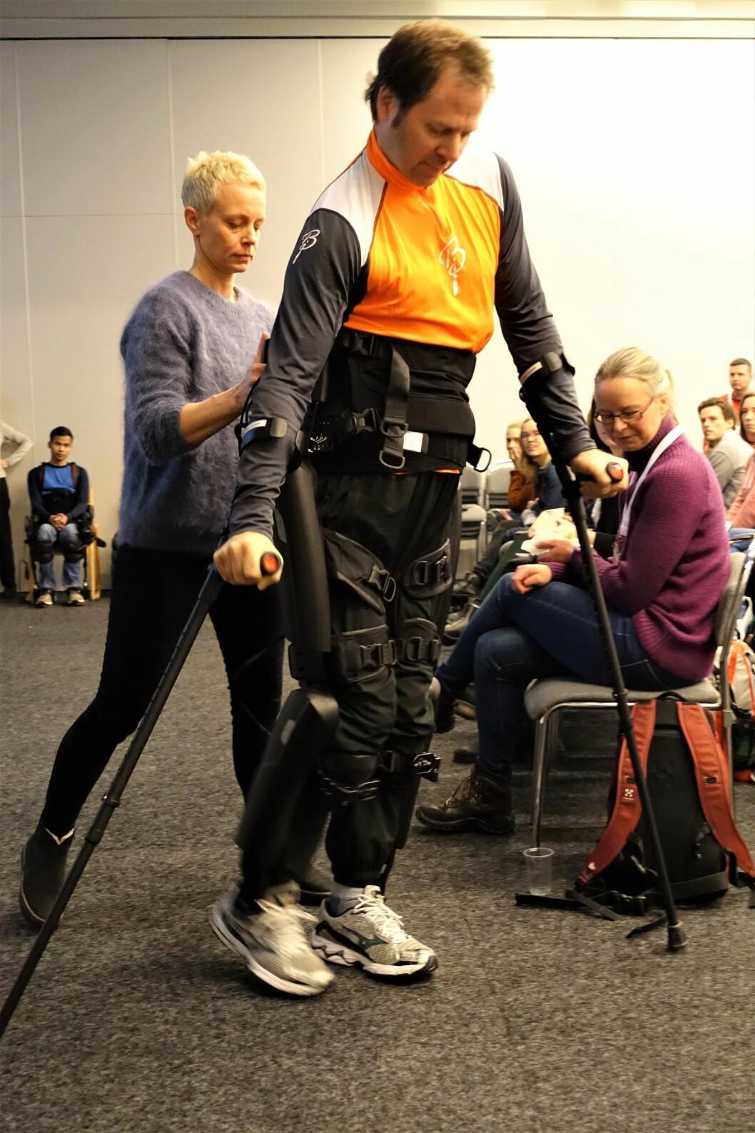 Knut Ølstad demonstrerte ReWalk, med fysioterapeut Pia Wedege bak.