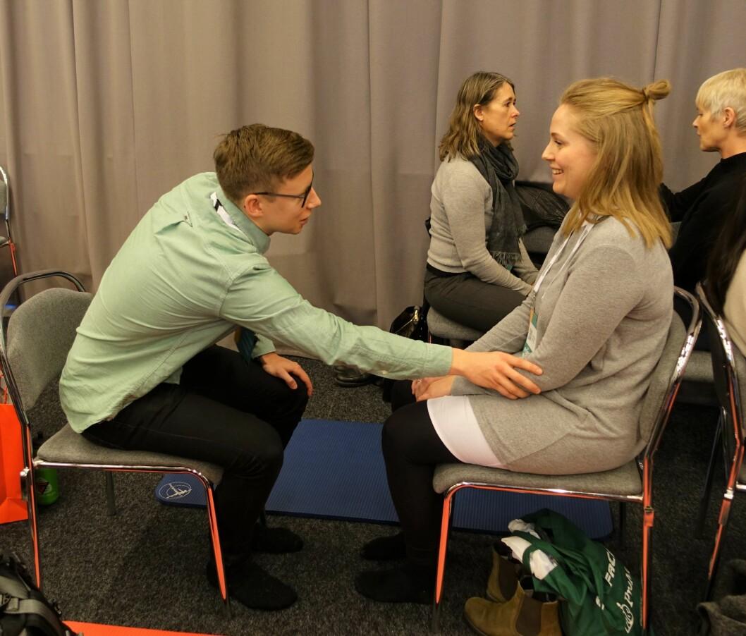 Fysioterapeutene Jan Erik Wilhelmsen og Ivalu Heiring Johansen forsøker å få tak i hverandres sinnsstemning.