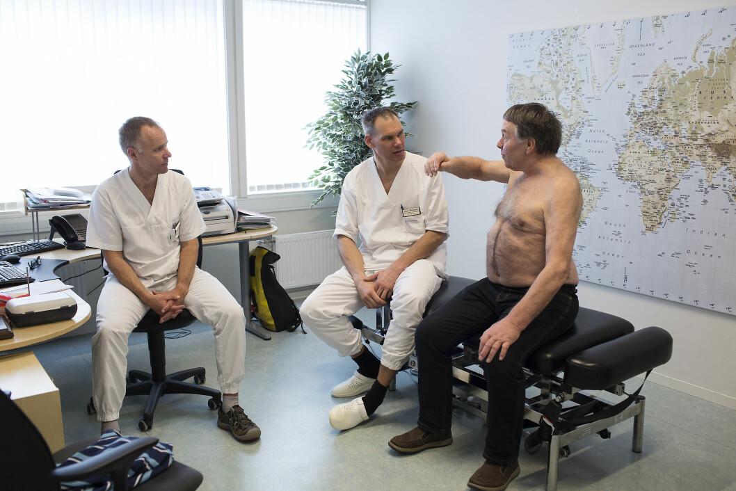 Fysioterapeut Rune Bønes og ortoped Jesper Blomquist har sjekket skulderen til Steinar Melstveit. Foto: Silje Katrine Robinson.