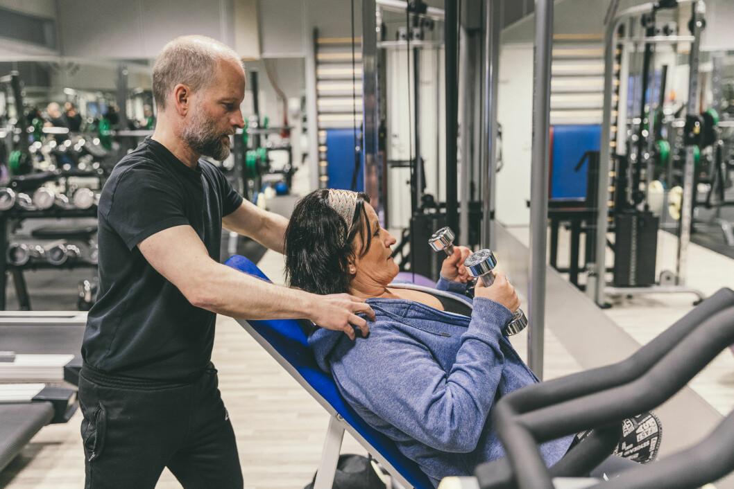 Brynhild Melheim har gått jevnlig til fysioterapeut i 30 år. Her sammen med fysioterapeut Jørn Sunde Drageset. Foto: Andreas Eikeseth Nygjerd