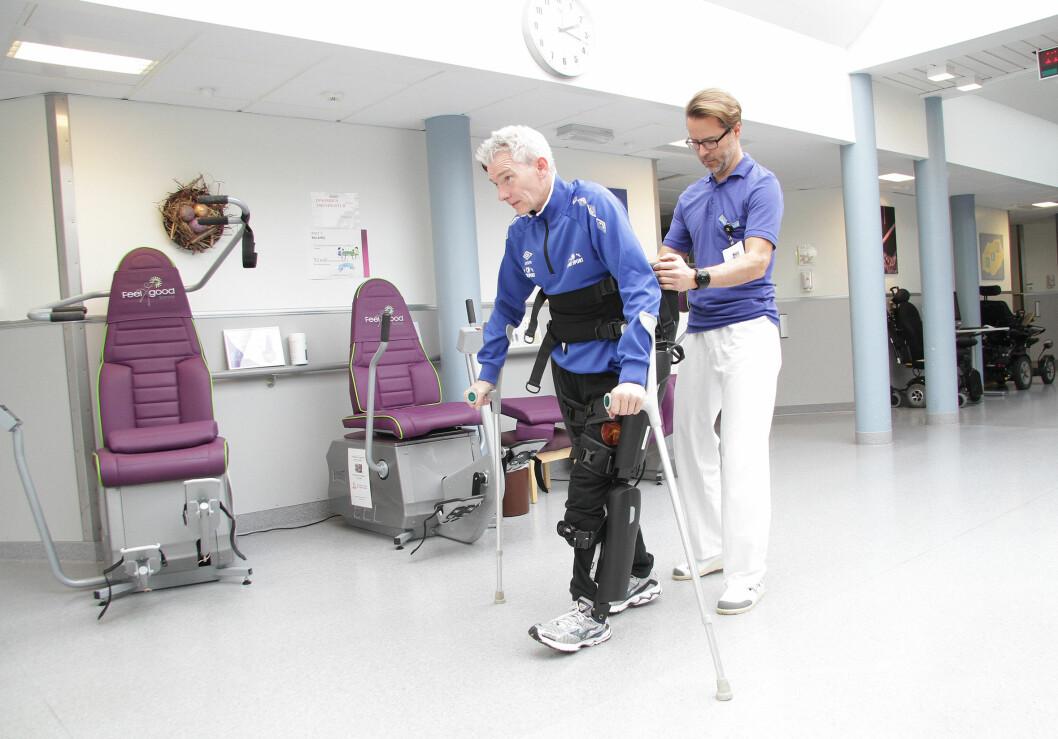 Morten Syversen tester ReWalk med bistand av fysioterapeut Jon-Arve Gaupseth på Sunnaas sykehus.