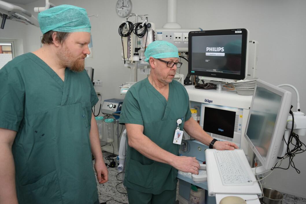 Overlege Tor Oddbjørn Tveit (til høyre) og forsker Geir Thore Berge ved Sørlandet sykehus har laget en robot som søker gjennom hundrevis av journaldokumenter på jakt etter pasienters allergier. Også fysioterapeuter kan ha nytte av slike roboter, mener de. (Foto: Arnfinn Tveit/Sørlandet sykehus HF)