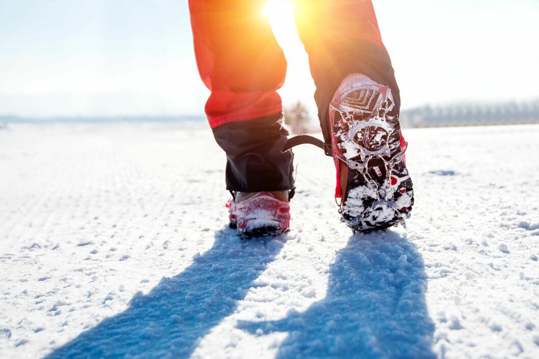 Det er god erfaring for barn å lære seg å gå og bevege seg på variert underlag, mener fysioterapeuter i Vestfold. De fraråder derfor foreldre å ta brodder på barna.