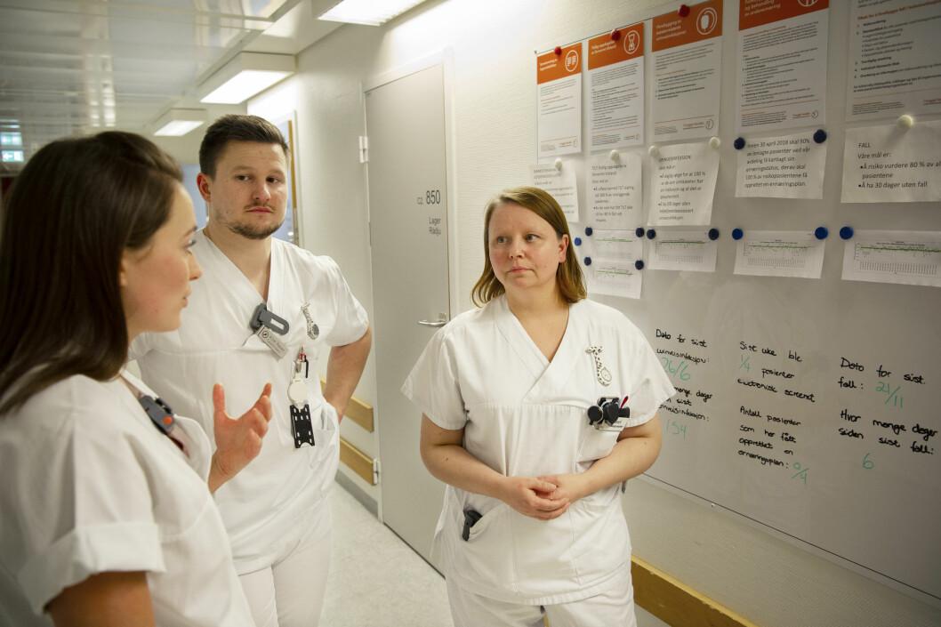 Fysioterapeutene Guri Olaussen (tv) og Kim Reier Nielsen Martinsen skryter av det tverrfaglige samarbeidet på Ortopedisk døgnenhet ved UNN. Til høyre, fagutviklingssykepleier Sissel Irene Thorbjørnsen. Foto: Ingun A. Mæhlum.