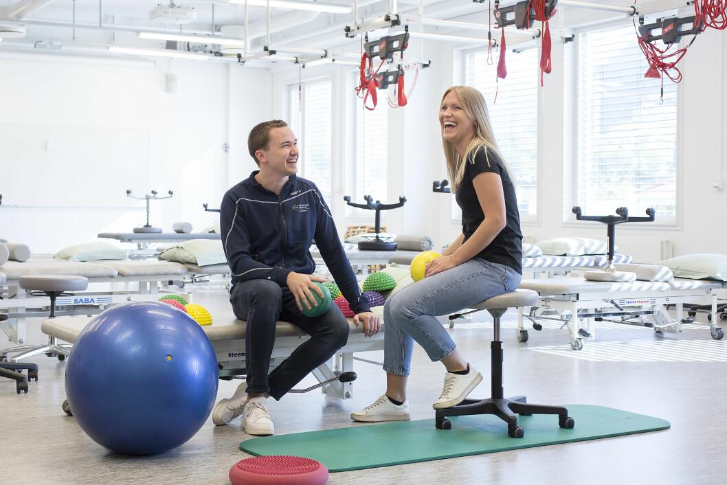 Studentene Martin Thorborg Johansen og Elise Eimind Børslien dro tidlig ut i praksis da de startet på fysioterapiutdanningen i Bergen. Foto: Silje Katrine Robinson