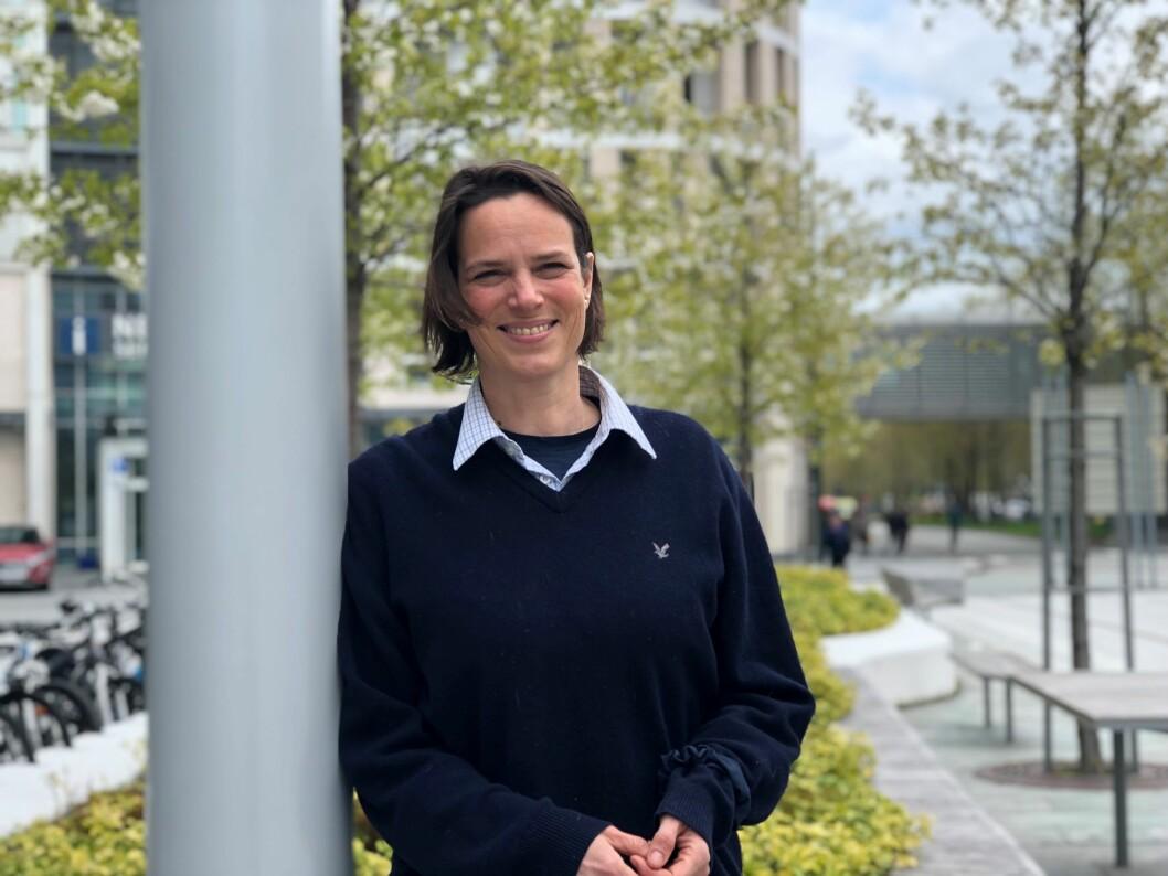 Prosjektleder Astrid Woodhouse forteller om gode erfaringer med en kursserie som skal få fastleger og fysioterapeuter til å snakke mer sammen. Foto: Anne Kristiansen Rønning