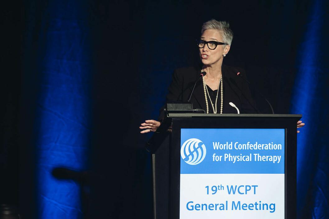 Emma Stokes på talerstolen under WCPTs siste General Meeting i Geneve. Foto: WCPT