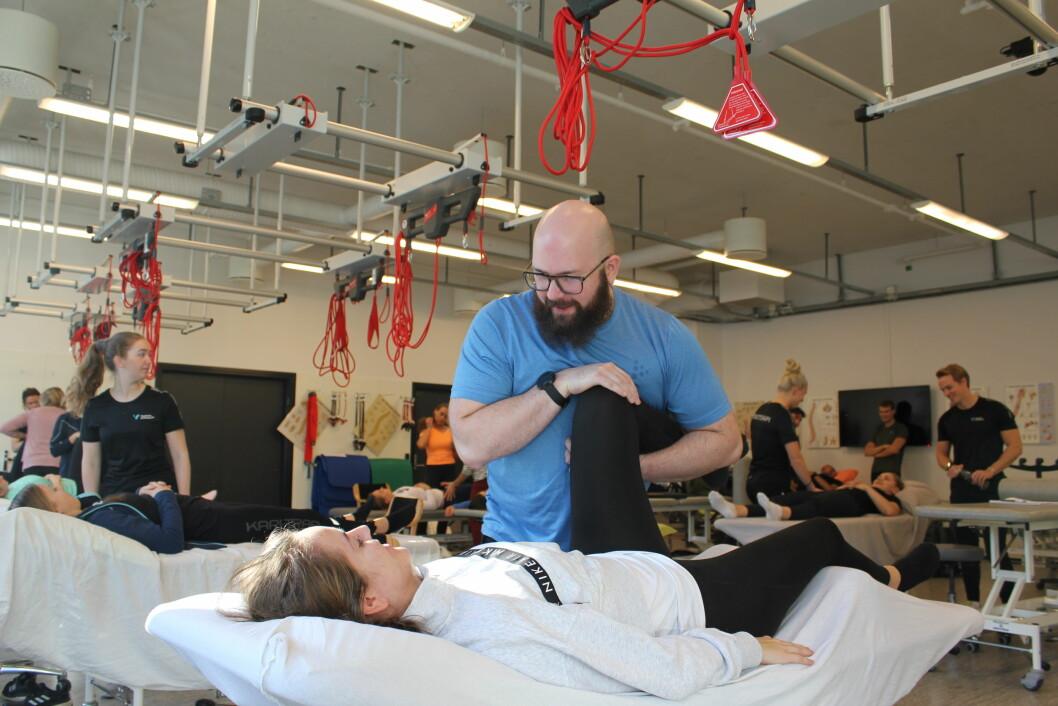TRIVES Joakim Hermansen går siste året ved fysioterapiutdanningen i Bergen. På benken, Helene Krakhella Engesæter (27). Tema for dagen er svangerskap og bekkenløsning.