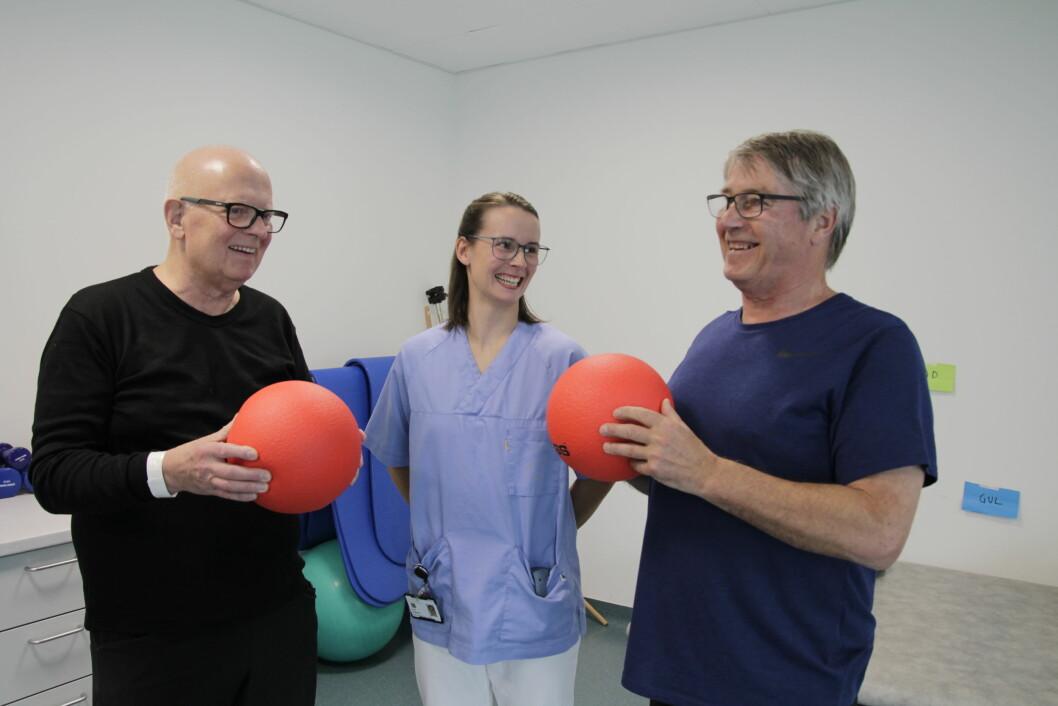 Vi prater mye oss pasienter imellom – vi er like avhengig av medpasientene som av helsepersonellet, sier pasientene Leif Steffen Danielsen (til venstre) og Bjørnar Benum ved Finnmarkssykehuset i Kirkenes. I midten spesialfysioterapeut Sonja Jørgensen.