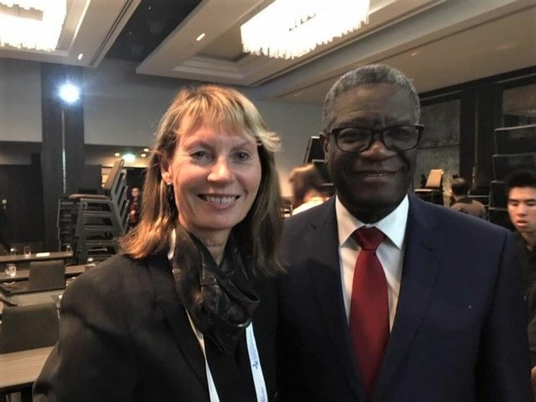 Professor Kari Bø og nobelprisvinner Denis Mukwege under en konferanse i Australia. (Foto: privat)