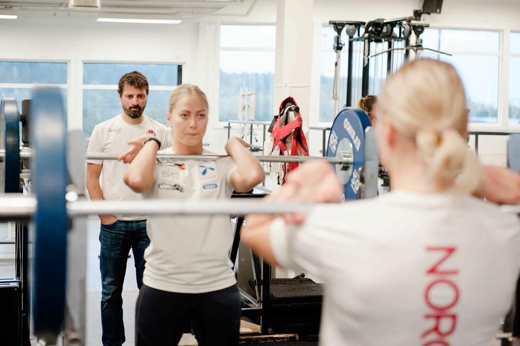 Alpinist Ragnhild Mowinckel løfter vekter i knebøy mens Olympiatoppens idrettsfysioterapeut Håvard Moksnes følger med. (Foto: Stig Marlon Weston)