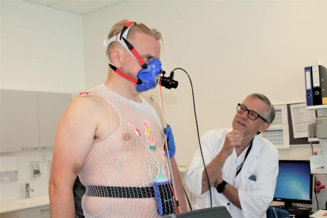 Hjertepasient Helge Stadheim (til venstre) på LHL-sykehuset løper på tredemølle mens lege Jostein Grimsmo utfører målinger.
