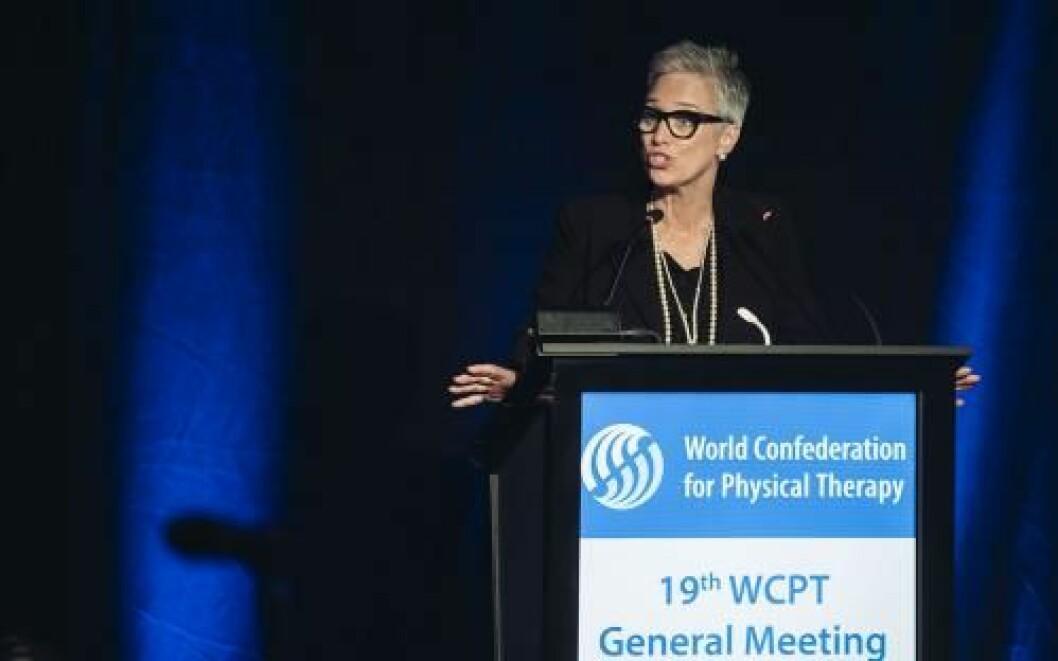 WCPTs leder Emma Stokes på talerstolen i Geneve. Foto: WCPT