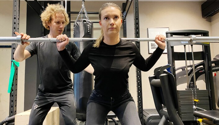 Lene Duus trener for å bli sterkere og forebygge skader. Fysioterapeut Christoffer Grimmert Hopstock følger nøye med.