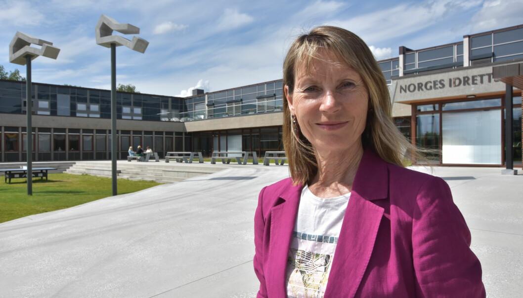 Kari Bø ved Norges idrettshøgskole ønsker flere fysioterapeuter ved norske helsestasjoner.