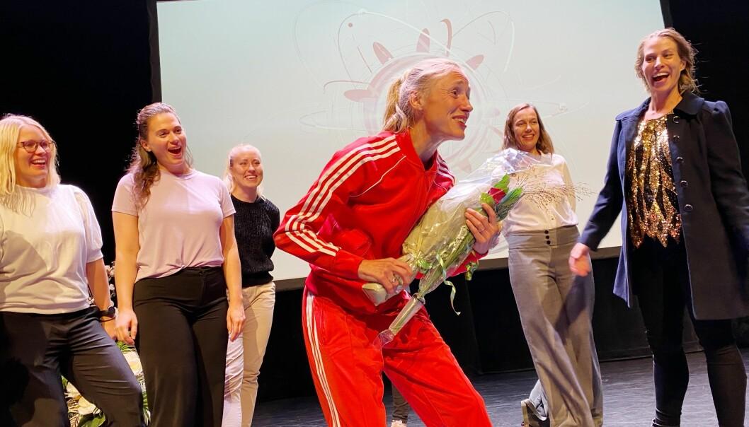 Katrine Rolid er omgitt av kolleger etter at hun gikk til finalen i Forsker Grand Prix.