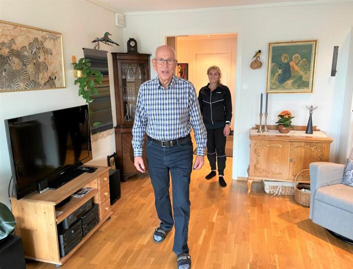 Paul Mardon Qvalben har fått hverdagsrehabilitering i Kristiansand av fysioterapeut Ingvild Bjorvatn Saaghus (bak).