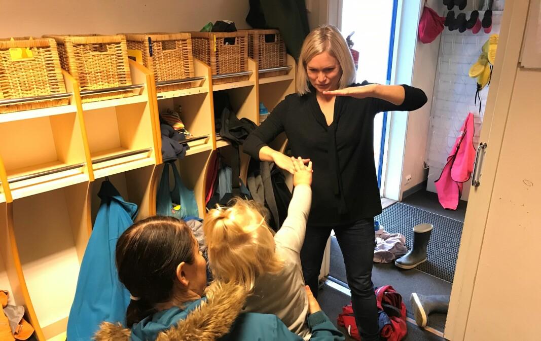 Fysioterapeut Anette H. Grainger følger opp de ansatte i 90 barnehager.