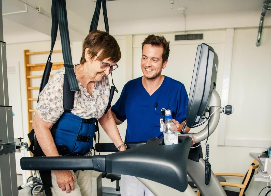 Joakim Moestue Halvorsen jobber som fysioterapeut på Forsterket Rehabilitering Aker, og har behandlet flere covid-19-pasienter med senskader. Pasienten på bildet er ikke i denne pasientgruppa, men mottar her lignende gangtrening.