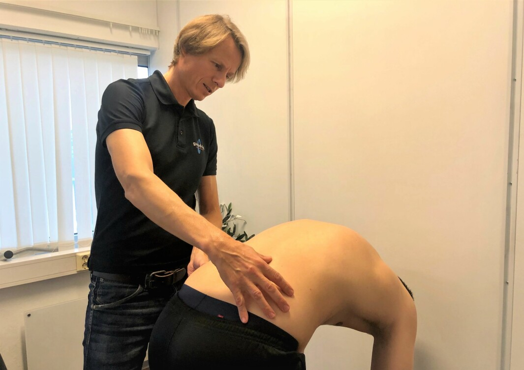 Manuellterapeut Sigbjørn Hjorthaug er positiv til det danske ryggprogrammet GLA:D Ryg. Her undersøker han pasientens strategi på fremoverbøy.