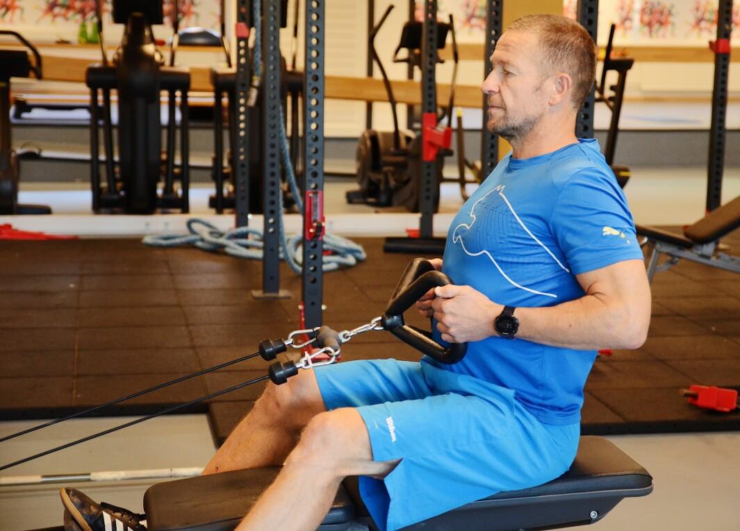 Professor Truls Raastad mener fysioterapeuter har en nøkkelrolle for å få flere voksne og eldre til å trene styrke.