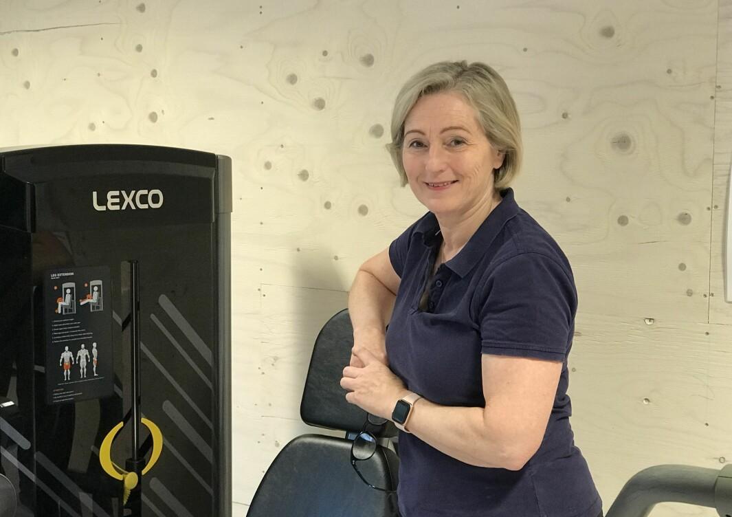 Fysioterapeut Britt Strømme klarer kun å behandle 10 pasienter hver dag. Før korona behandlet hun cirka 15.