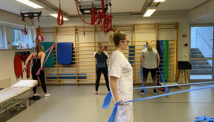 En av fysioterapeutene på Revmatismesykehuset i treningsrommet.