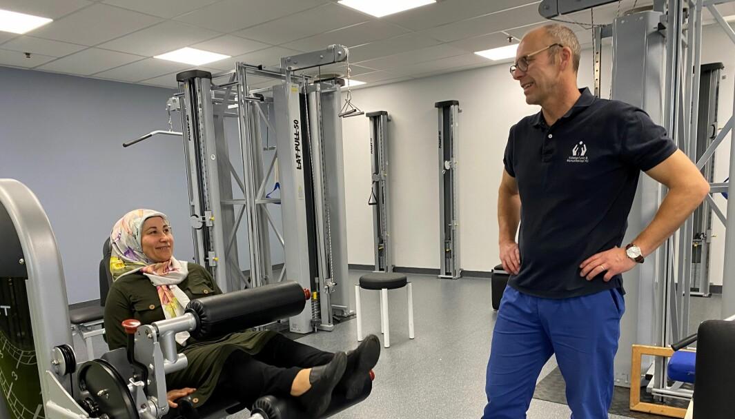 Pasient Rokye Fidan håper å komme seg tilbake i jobb ved hjelp av manuellterapeut Lars Skogvold ved Abildsø Fysio og Manuellterapi.