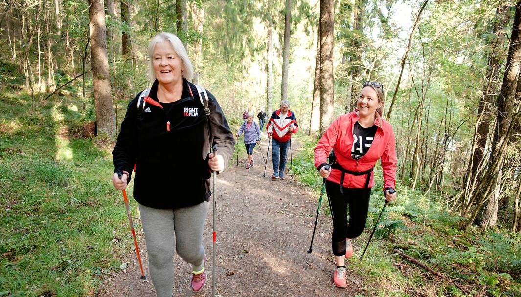 Fysioterapeut Evie Høyberg på frisklivssentralen i Lillestrøm sørger for å utfordre deltakerne med bakker.