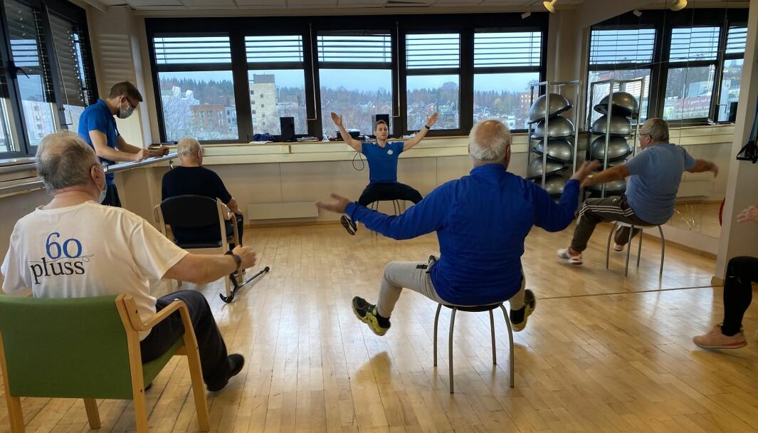 Ved Stadion Fysikalske Institutt i Oslo har de gruppetimer for pasienter med Parkinsons sykdom to ganger i uka. Fysioterapeut Øystein Dons leder an, med kollega Sindre W. Kristiansen til venstre.