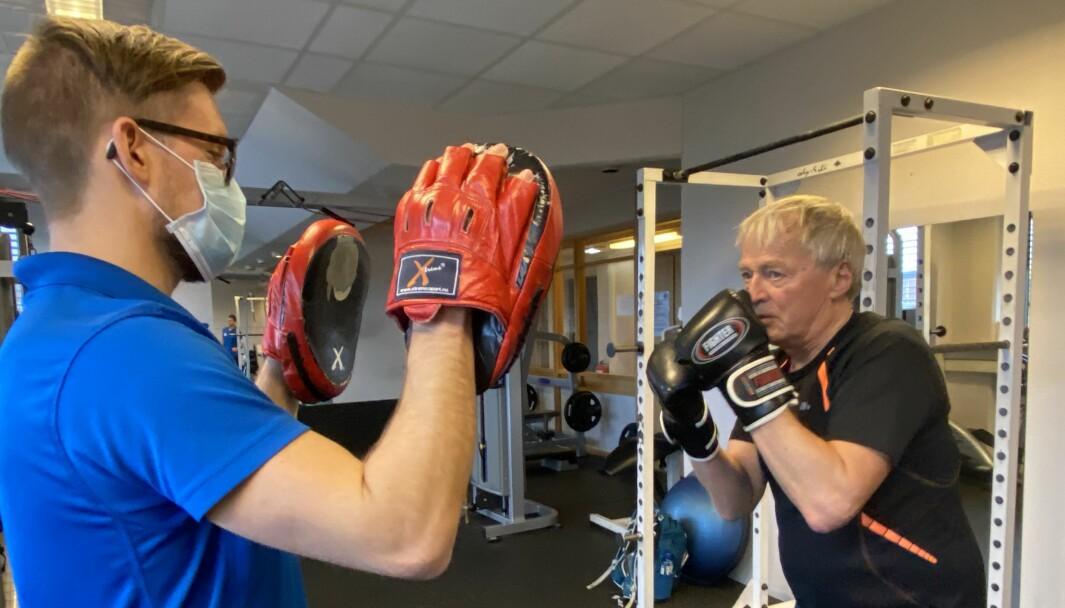 På Stadion Fysikalske institutt i Oslo har fysioterapeut Sindre W. Kristiansen gått kurset til ParkinsonNet og tyr innimellom til boksing med pasient Arvid Ekeland (til høyre).
